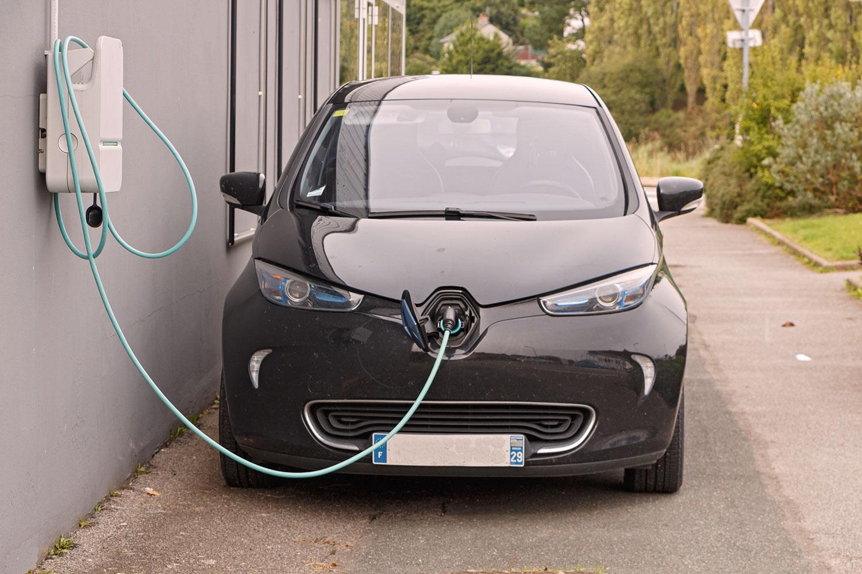 Une voiture électrique est en train de se recharger via une borne de recharge